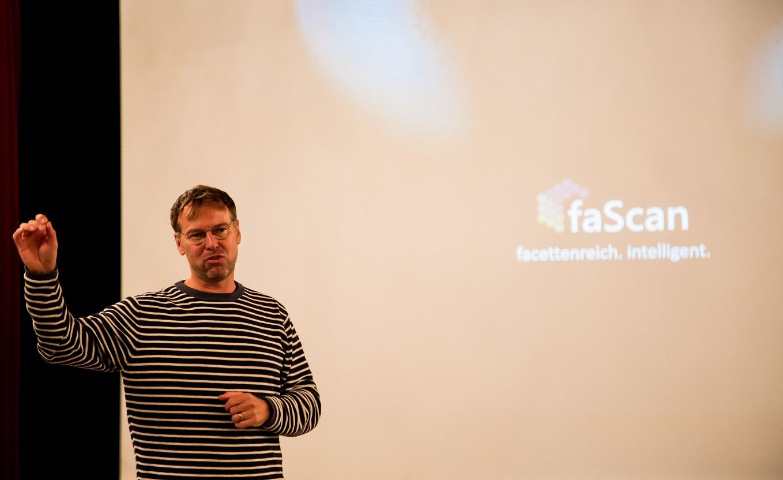 Siegfried Fichtler, Geschäftsführer der PRO-DIRECT-FINANCE, bei der Präsentation von faScan.